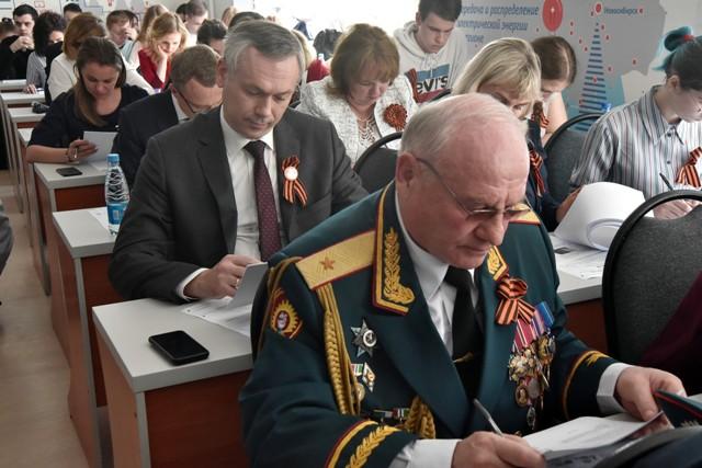 Губернатор Андрей Травников вместе с новосибирцами написал «Диктант Победы»