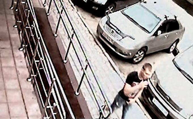 ВНовосибирске ищут европейского мужчину сжелтыми подошвами
