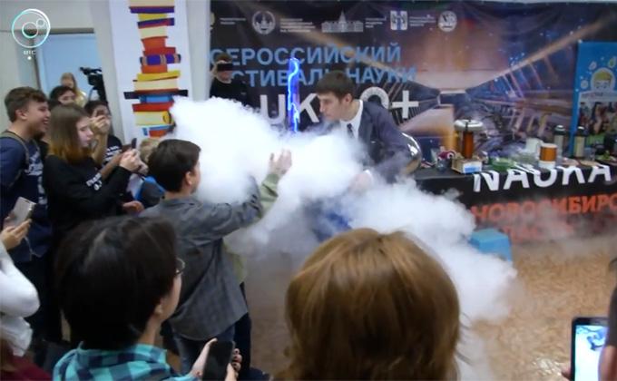 Новосибирцы трогали и пробовали науку на фестивале в ГПНТБ