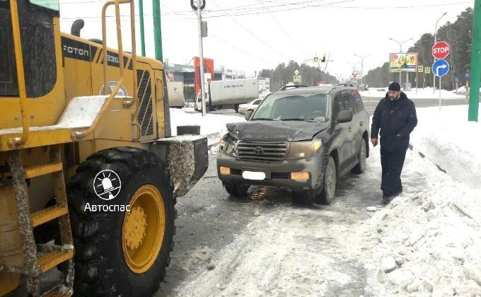 Священник на Тойота Land Cruiser попал вДТП назаправке