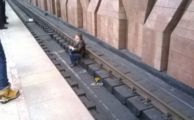 Слепой мужчина упал нарельсы вметро «Площадь Маркса»