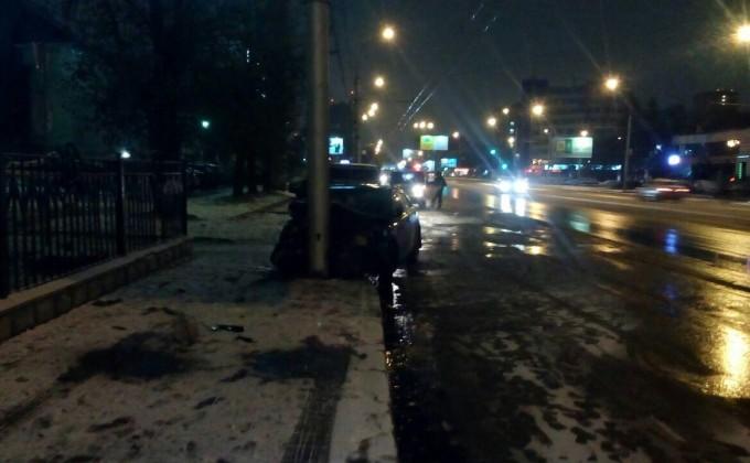 Встолкновении Тоёта состолбом пострадали три человека— ДТП вНовосибирске