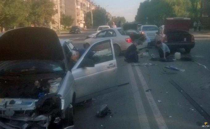 Наперекрестке вНовосибирске столкнулись 5 авто, есть пострадавшие