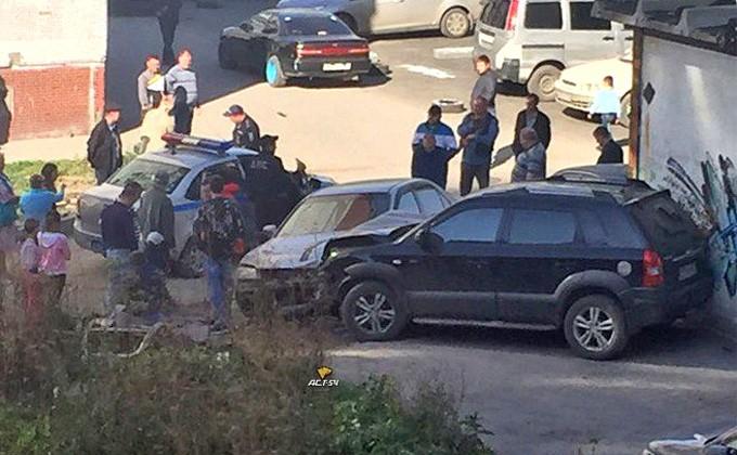 Нетрезвый гонщик сбил девушку ипротаранил 4 автомобиля вНовосибирске