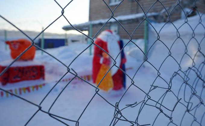 124 снежные фигуры за колючей проволокой: фоторепортаж из тюрьмы