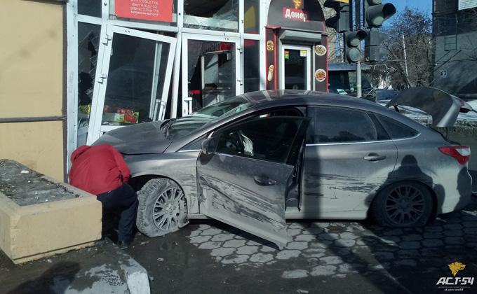 Водитель въехал в торговый павильон, выбив дверь