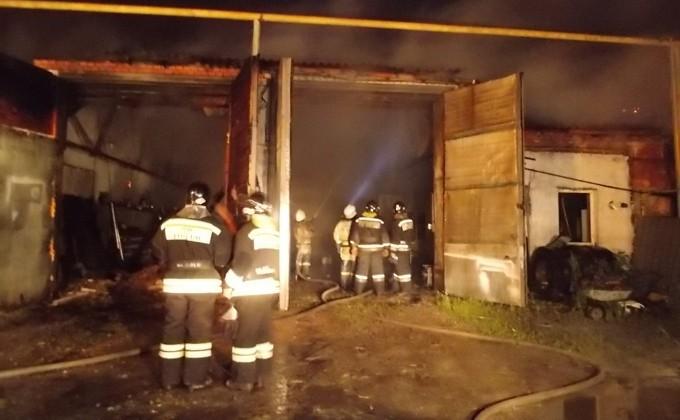 167421da7 Поливомоечной машиной тушили пожар в Искитиме