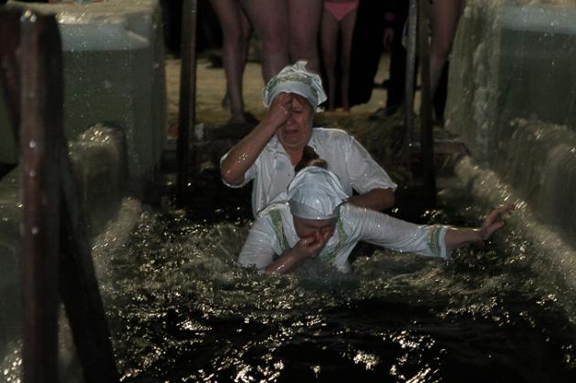 В купель массово окунулись новосибирцы на Крещение 2019