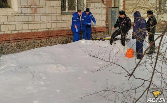 Новосибирец выпал изокна 8 этажа ивыжил благодаря сугробу