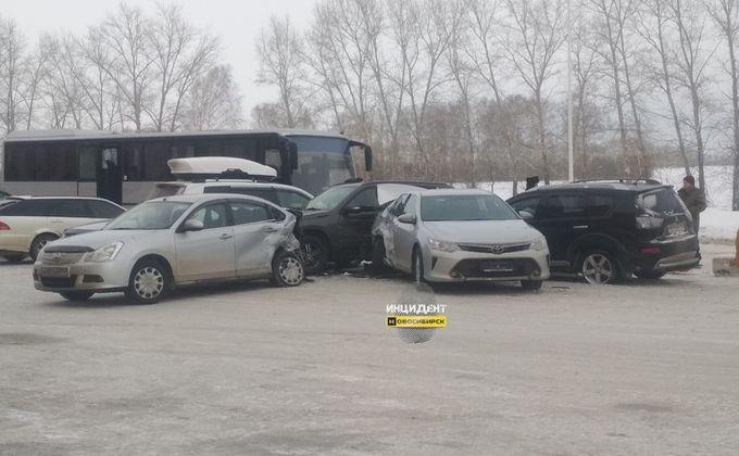 Шесть автомобилей столкнулись на трассе в Новосибирской области