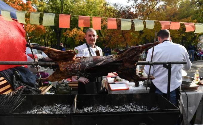 Баран, гигантская паэлья и устрицы - фестиваль еды в Новосибирске