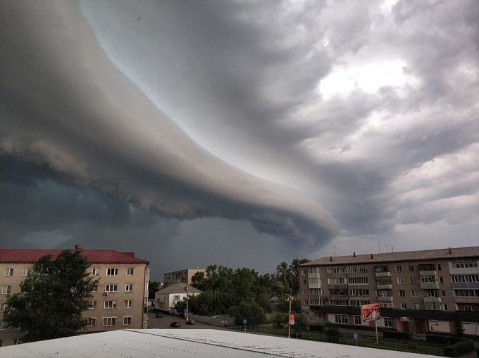 Ураган сорвал крыши с магазинов в Барабинске и Куйбышеве