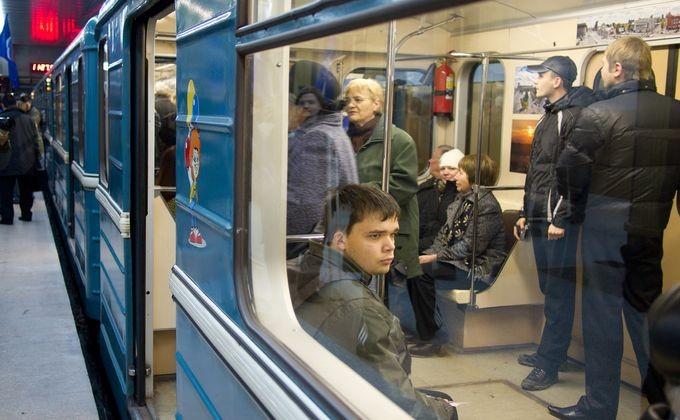 Вметро Новосибирска пассажиры помогли толкать сломавшийся поезд