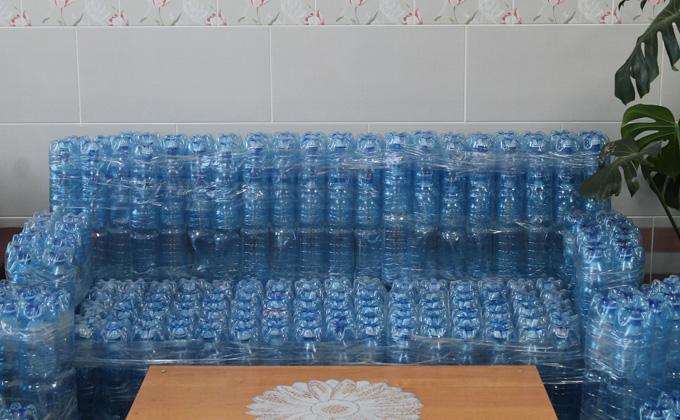 Диваном из пластиковых бутылок удивил творец из Болотного