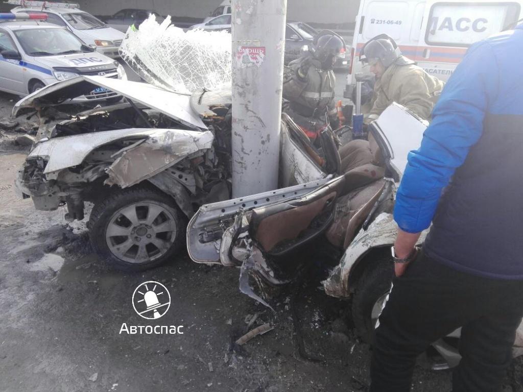 Женщина-пассажир Тоёта  погибла вДТП состолбом вНовосибирске